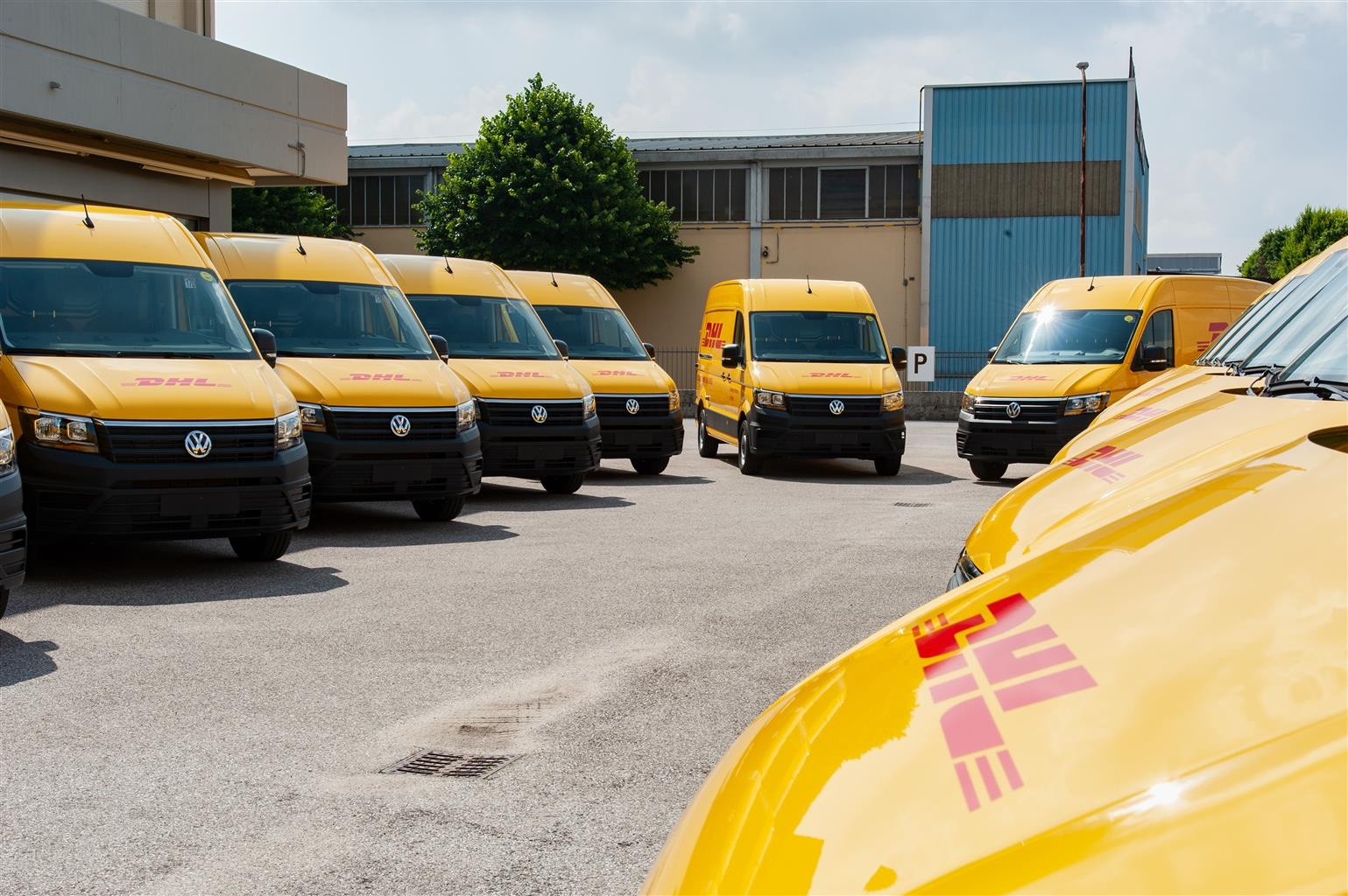 Volkswagen Veicoli Commercialiconsegna 38 Crafter a DHL Express. Tre sono full-electric