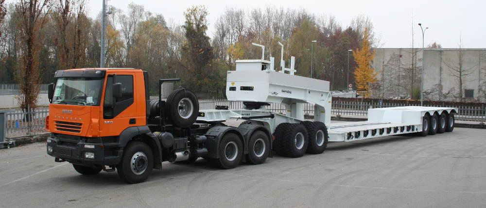 Fra i semirimorchi per il trasporto di macchine movimento terra non mancano le versioni off-road per le grandi macchine da miniera